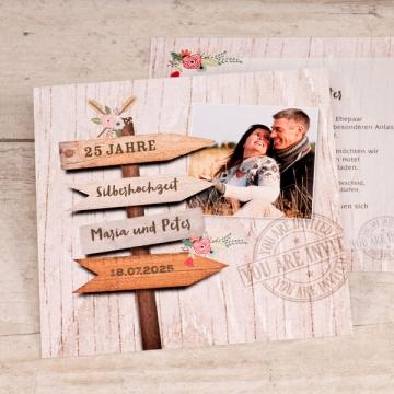 Einladungskarte Party Wegweiser aus Holz
