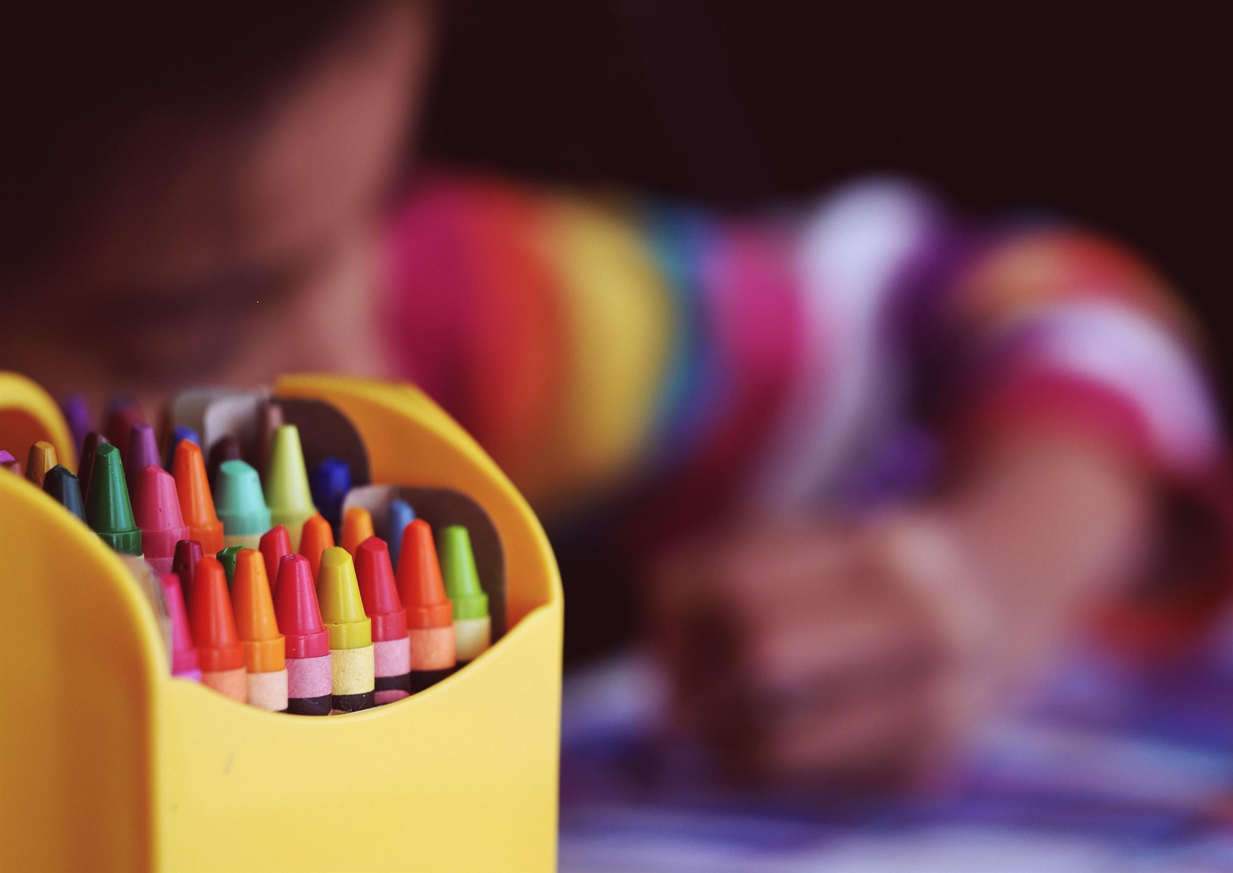 Kind malt Osterbild
