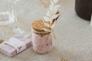 Trockenblumen als Accessoire für Hochzeit-Gastgeschenke